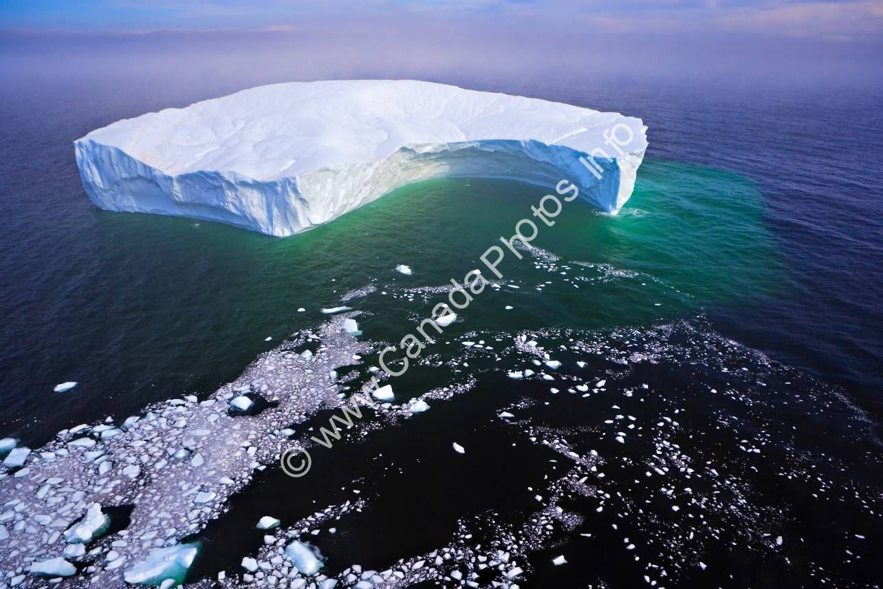 Photo Aerial photo global warming breaking off iceberg Labrador