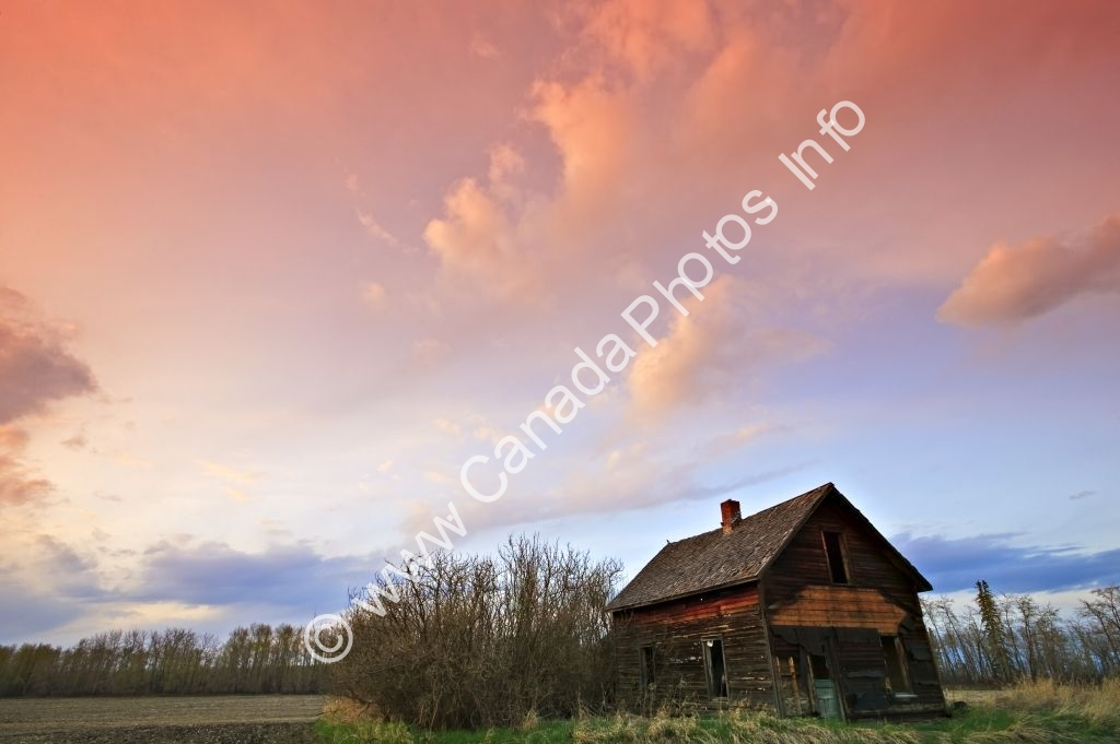Photo Old shed sunset dramatic clouds Alberta